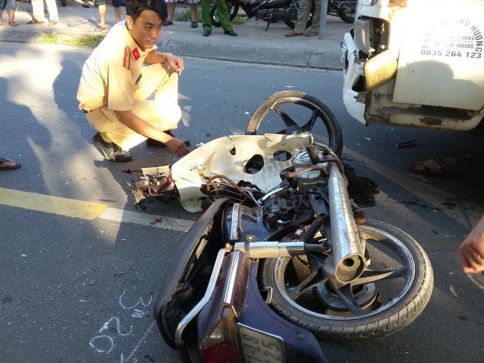 Chiếc xe máy có dấu hiệu lấn làn.