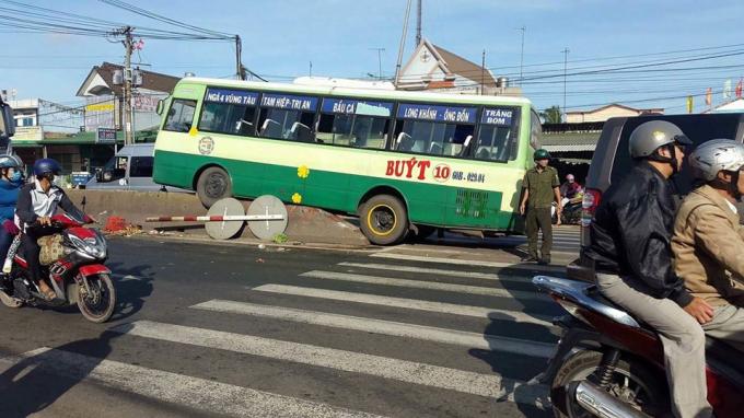 Xe buýt ép nhau lao vào dải phân cách.