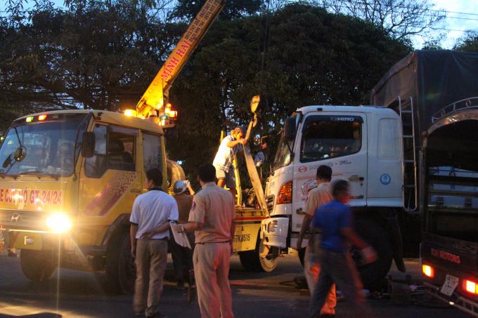 Xe cẩu nâng bánh xe tải mới đưa được thi thể nữ công nhân ra ngoài.