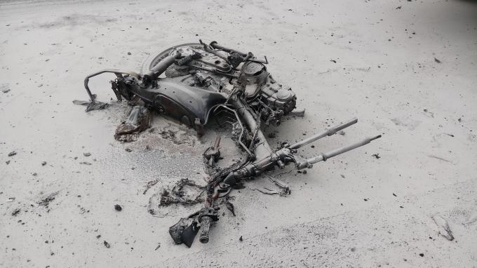 Chiếc xe máy cháy trơ khung sau va chạm.