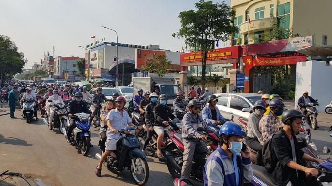 Kẹt xe trên đường Phan Văn Trị, quận Gò Vấp do ảnh hưởng của vụ hỏa hoạn.