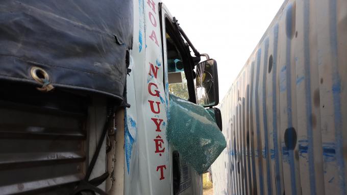 Chiếc xe tải bị vạ lây khi đang đậu.