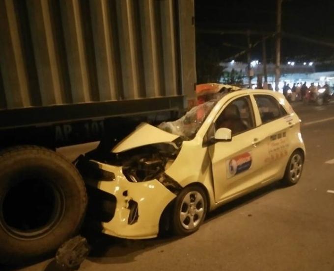Chiếc taxi găm chặt vào xe container trên quốc lộ 51.