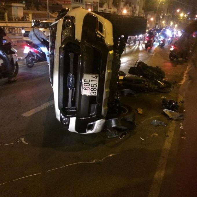 Chiếc ô tô bán tải lật nhào sau khi gây tai nạn.