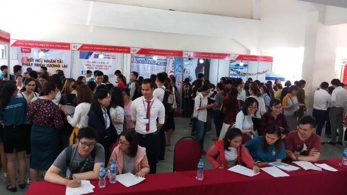 Đông đảo sinh viên và người dân tham gia ngày hội việc làm và hướng nghiệp.