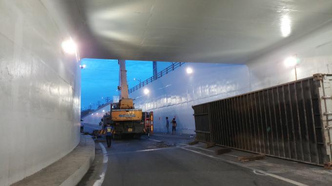 Chiếc container đang ôm cua thì lật nhào chiều ngày 8/6/2018.