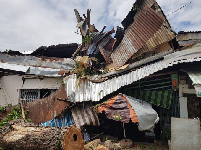 Mái tôn của các căn nhà nằm ngổn ngang.