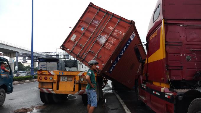 Thùng container rơi khỏi rơ mooc đè lên xe đầu kéo.