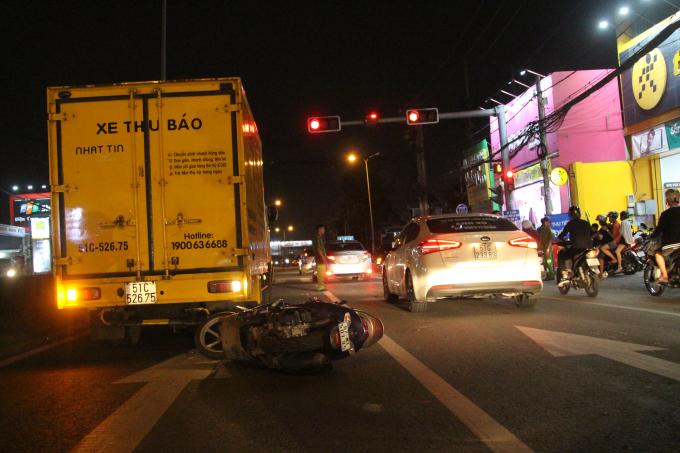 Hiện trường vụ tai nạn xảy ra ngay chốt đèn giao thông.