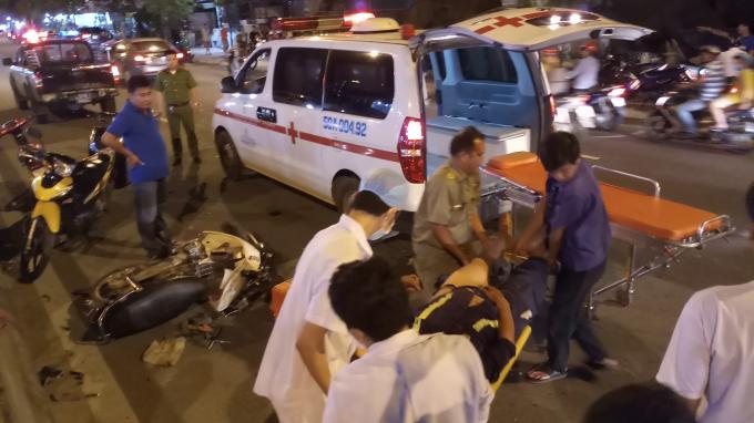 Xe cứu thương có mặt đưa nạn nhân tới bệnh viện.