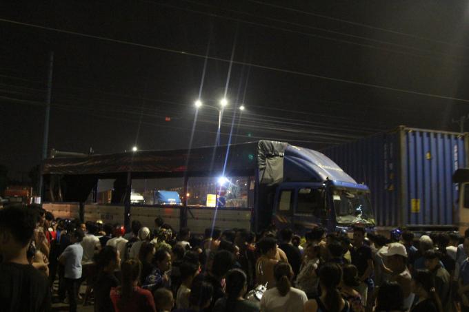 Rất đông người dân theo dõi hiện trường vụ tai nạn.