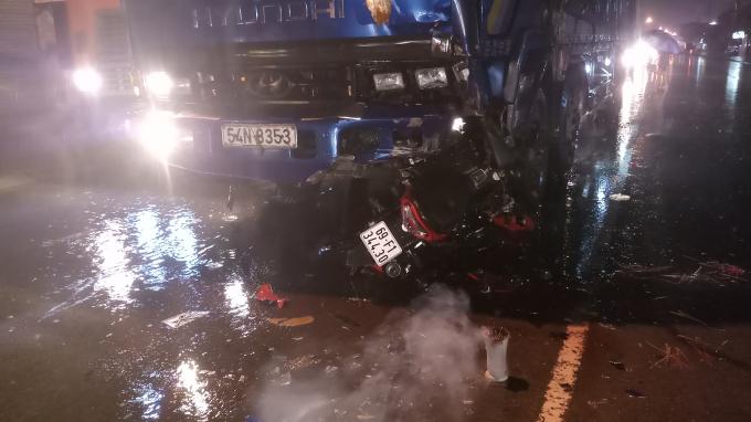 Chiếc xe máy găm chặt vào đầu xe tải sau tai nạn.