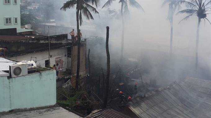 Cháy hàng loạt căn nhà lụp xụp, dân hoảng loạn tháo chạy