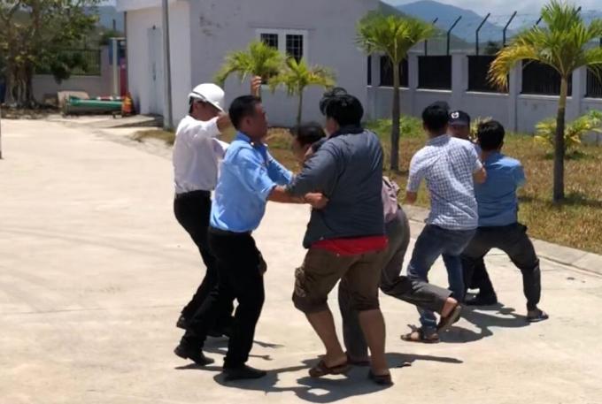 Nam bảo vệ bị nhân viên công ty tấn công vì nhắc nhở mang dép lê (Ảnh minh họa: Báo mới)