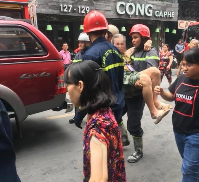Một nạn nhân được Cảnh sát PCCC giải cứu ra ngoài.
