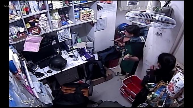 Hình ảnh đối tượng cầm dao khống chế nữ nhân viên bị camera ghi lại.