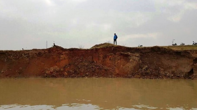 Sạt lở đê Hữu Cầu đang ở mức báo động do khai thác cát, sỏi.