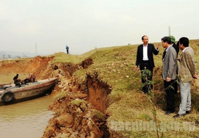Lãnh đạo tỉnh Bắc Ninh kiểm tra sự cố sạt lở đê (Ảnh: Cổng thông tin điện tử Bắc Ninh).