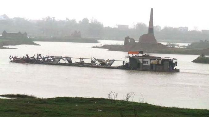 Các tàu cuốc vẫn hút cát trên sông Cầu sau sự cố sạt lở đê.