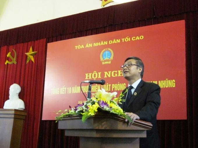 Phó Chánh án TANDTC Nguyễn Sơn trình bày Báo cáo Tổng kết 10 năm thực hiện Luật Phòng, chống tham nhũng và Báo cáo chuyên đề về công tác xét xử tội phạm tham nhũng.