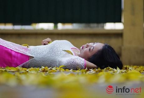 Những cô gái trẻ thả mình trên thảm lá vàng.