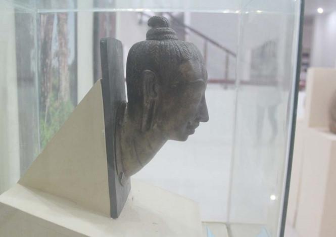 Phiên bản đầu tượng được trưng bày để công chúng thưởng lãm.