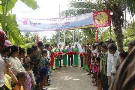 Niềm hân hoan của bà con nhân dân xã Hòa Lợi khi tham gia khánh thành cây cầu dây văng do nhãn hàng Trà Thảo Mộc Dr Thanh tài trợ.