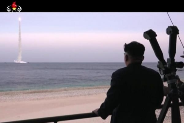 Nhà lãnh đạo Triều Tiên Kim Jong-un trực tiếp thị sát một vụ phóng thử tên lửa (Ảnh: UPI).