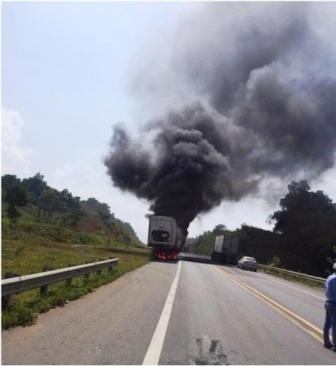 Cú phanh miết đường khiến dàn lốp phía sau xe container bốc cháy (Ảnh:otofun.net).