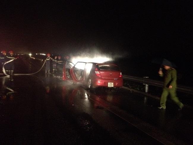 Hiện trường vụ cháy xe đêm 25/1 tại Km5+600 (Ảnh:http://vec-om.com.vn).