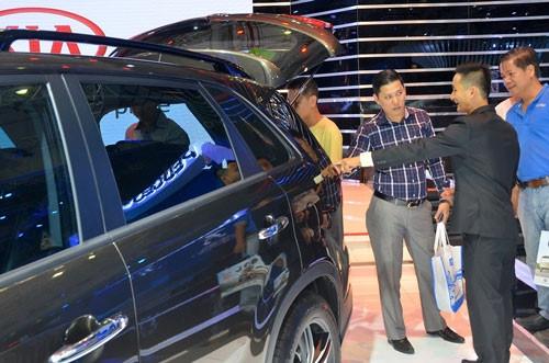 VCCI cho rằng Thông tư 20 đang cản trở các doanh nghiệp nhỏ tham gia kinh doanh nhập khẩu ô tô dưới 9 chỗ (Ảnh: Tấn Thạnh).