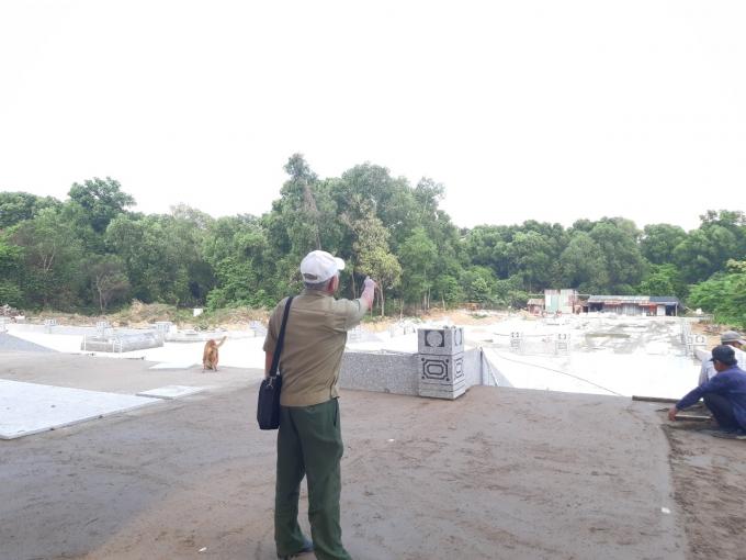 Ông Phong chỉ tay về Hố Lang, nơi nhiều anh hùng đã ngã xuống