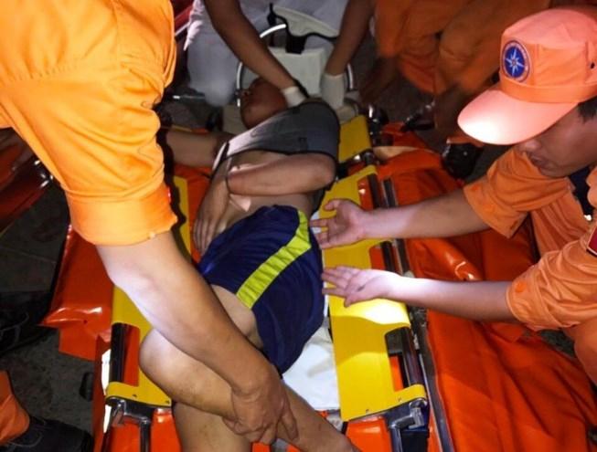 Thuyền viên Nguyễn Văn Vương được cấp cứu kịp thời.