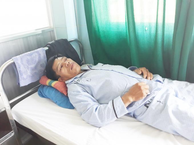 Ông Phương ( người bị hành hung, ép ghi giấy nợ) đang được điều trị tại Trung tâm y tế huyện Đức Trọng.