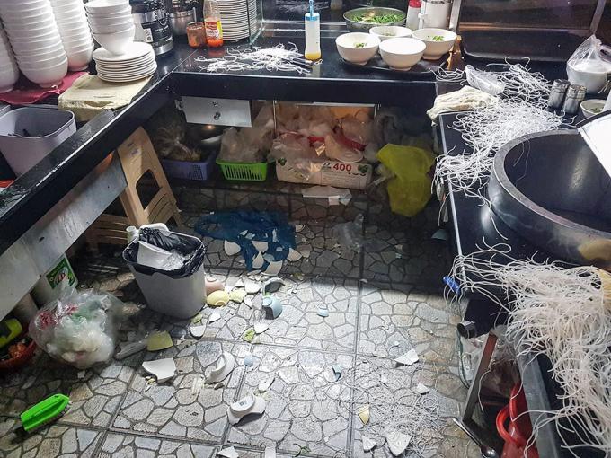 Nhóm đối tượng đập phá quán ăn trước khi bỏ đi. ( Ảnh: báo Lâm Đồng)