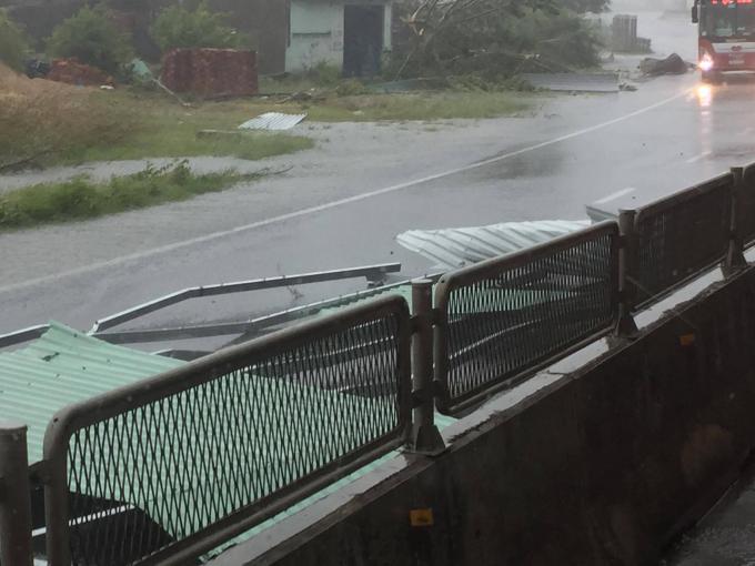 Mưa to, kèm gió lớn giật mạnh ở TP Nha Trang.