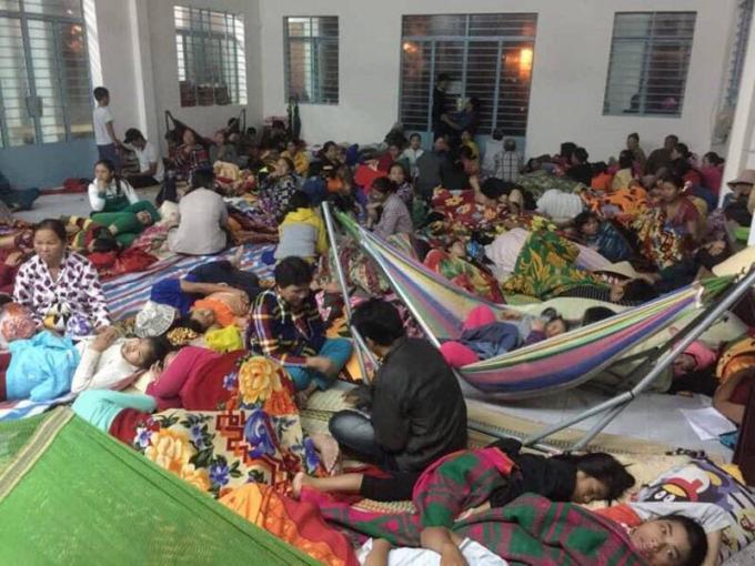 Người dân Khánh Hòa sơ tán đến nơi an toàn để tránh bão.