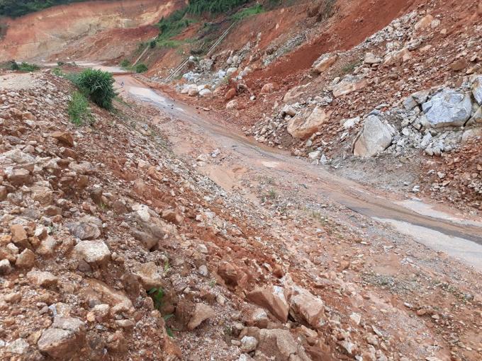 Nhiều đoạn đèo trên địa bàn tỉnh Kon Tum bị sạt nghiêm trọng.