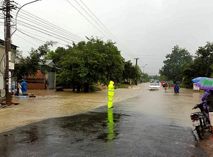 Nước ngập trên đường, gây khó khăn cho việc đi lại.