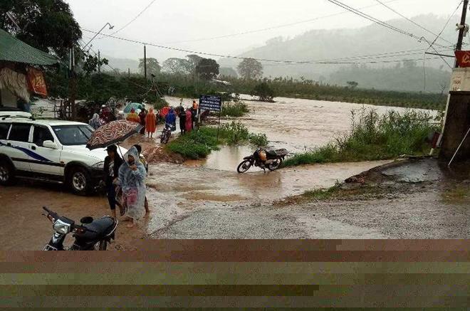 Một xã ở huyện Lâm Hà bị cô lập do mưa lớn.