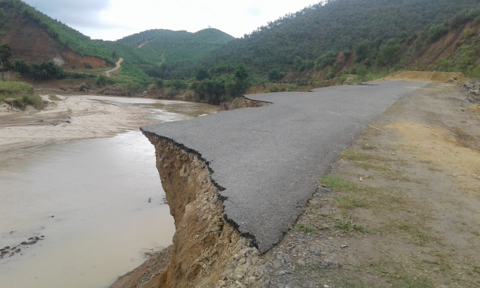 Điểm bị sạt lở cách sông Krông Nô khoảng 15m.