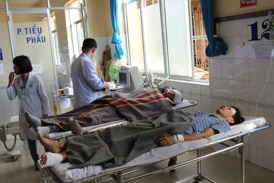 Các nạn nhân đang được cấp cứu tại Bệnh viên Đa khoa Lâm Đồng.