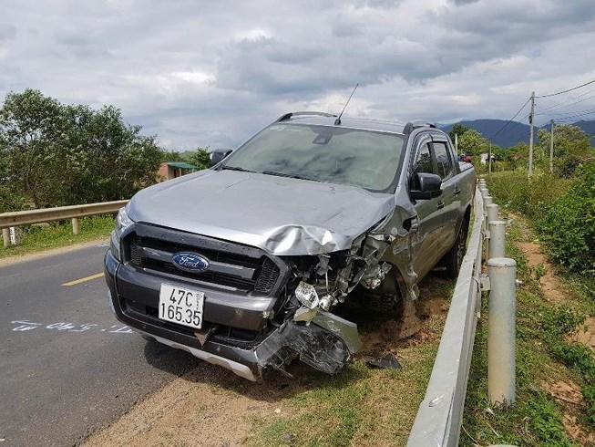 Chiếc ô tô bán tải sau khi va chạm với xe máy.