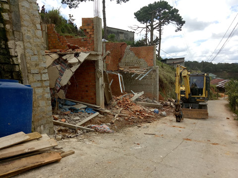 Lực lượng chức năng tháo dỡ công trình nhà xây dựng trái phép.