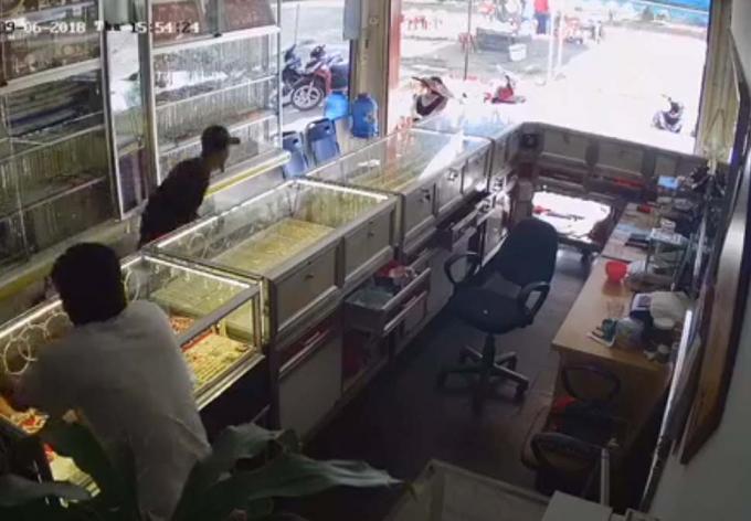 Hình ảnh Cammera ghi lại lúc đối tượng cướp tiệm vàng ở thị xã Buôn hồ.