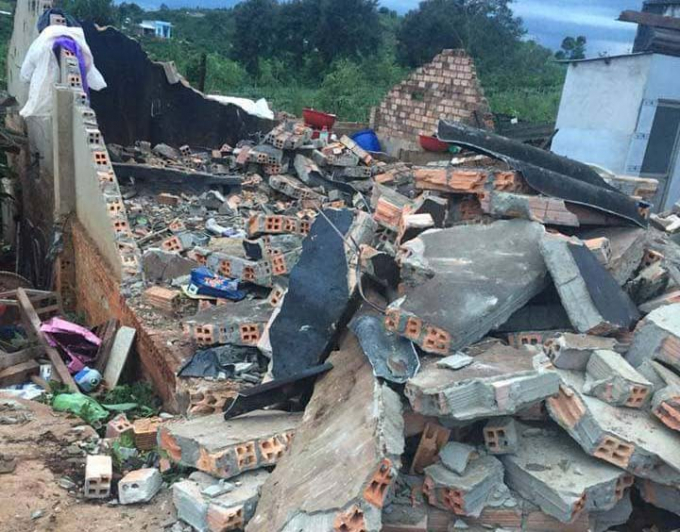 Cơn lốc xoáy làm nhiều nhà dân hư hỏng hoàn toàn.