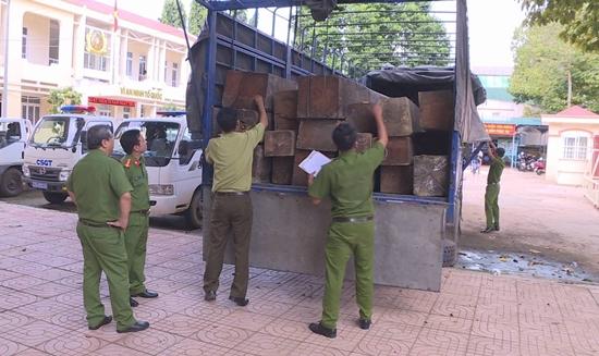 Cơ quan chức năng đang kiểm đếm số gỗ vừa bắt giữ được.