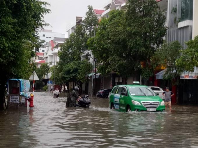 Nhiều nơi nước ngập hơn nửa người.