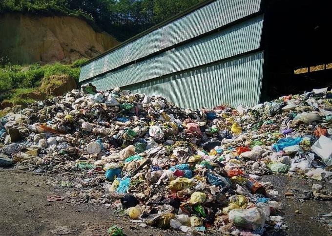 Nhà máy xử lý rác Đại Lào để rác tràn ra bên ngoài gây ô nhiễm môi trường.
