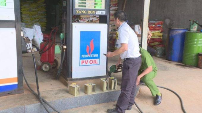Lực lượng chức năng đang kiểm tra cây xăng ở DNTT Bình Yên.